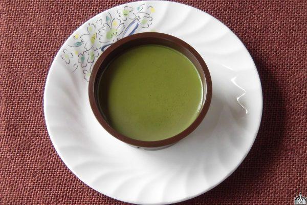 点てた抹茶をそのまま固めたようなしっとり深い緑。