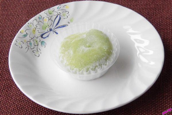 白粉で薄化粧した緑の大福。
