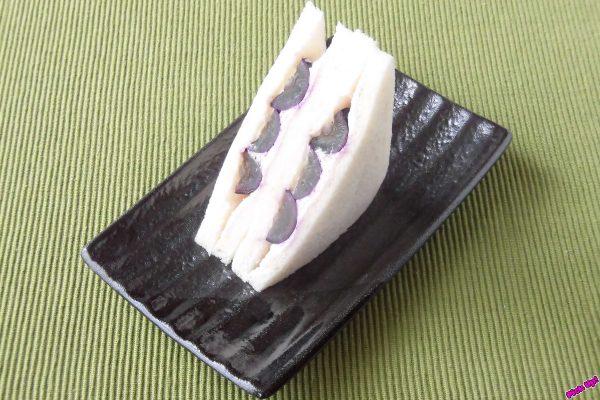 濃い紫色の果肉と、薄紫のホイップをサンド。