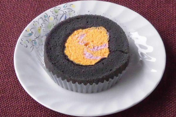 黒い輪の中にオレンジと紫のマーブル模様。