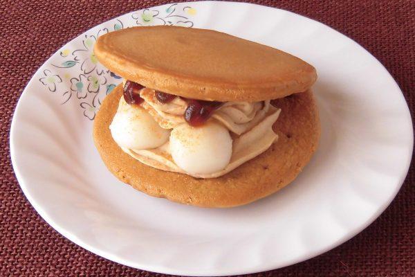 きれいに焼き目のついたパンケーキの間にはたっぷりのきなこホイップときなこのかかった白玉2つ。