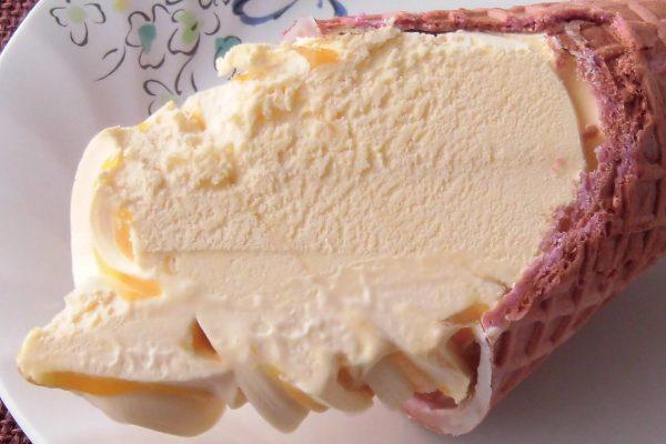 ミルクアイスはきめ細かく、ワッフルコーンは皮の紫色になっています。