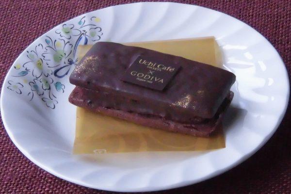 全体にチョココーティングされたクッキーサンドという姿。
