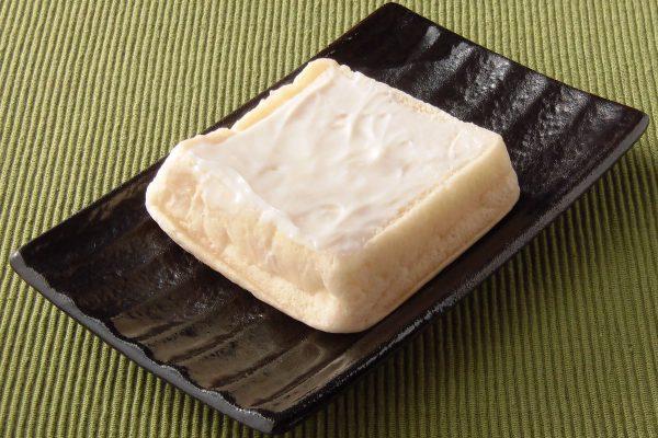 四角く分厚いパンに白いクリームを塗ってあります。