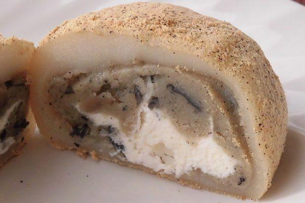半透明のお餅の中には白いホイップと、餡に包まれた丹波黒豆の粒が見えます。