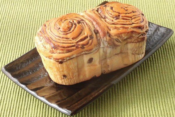 チョコチップとチョコシートが幾重にもパン生地に巻き込まれています。