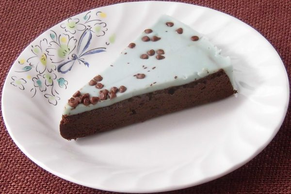 水色のミントチョコクリームにちりばめられたチョコチップ。
