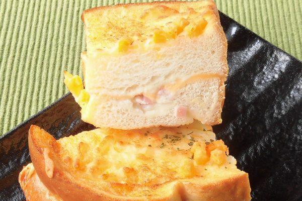 パンの間にはチーズと角切りハムがサンド。