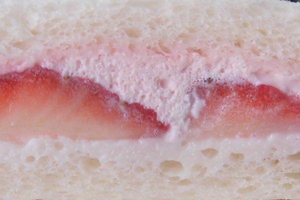 ピンクのホイップと白い練乳クリームが真っ赤ないちごを包み込んでいます。