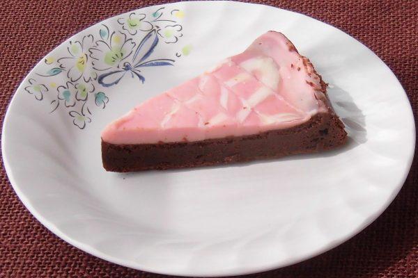 ガトーショコラの上をピンクのチョコクリームが覆っています。
