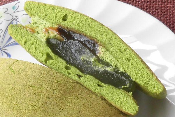 明るい緑の抹茶ホイップ、深い緑の抹茶わらび、黒蜜ソースをサンド。