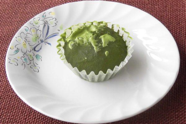 抹茶がまぶされて深緑、苔玉の風情があります。