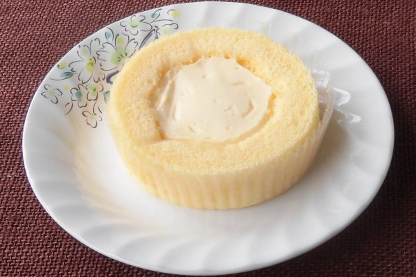 黄色いスポンジにくるまれたカスタードクリーム。