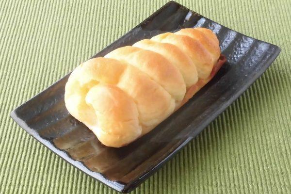 巻貝のようなコロネパンがケーキ生地に覆われています。