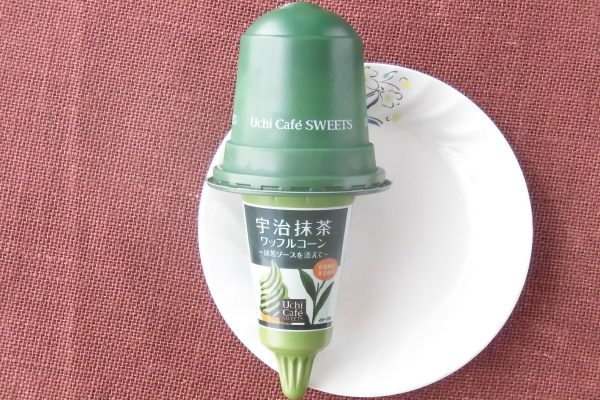 京都府産宇治抹茶のみ使用のアイスに京都府産宇治抹茶使用の甘さを抑えたソースを添えた、抹茶づくしのワッフルコーン。