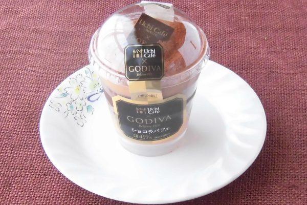 チョコムースにクレープ生地入りジャンドゥーヤチョコ、スポンジ、チョコソース、チョコクリームを重ねた贅沢パフェ。