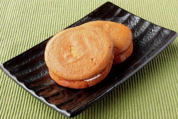 奇麗に焼き色がついた厚めの円盤のようなパンケーキ。