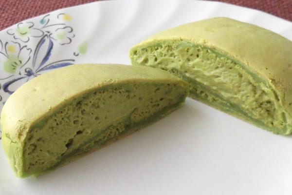抹茶色の生地の中には、やや明るい緑の抹茶ホイップが隙間なく詰まっています。