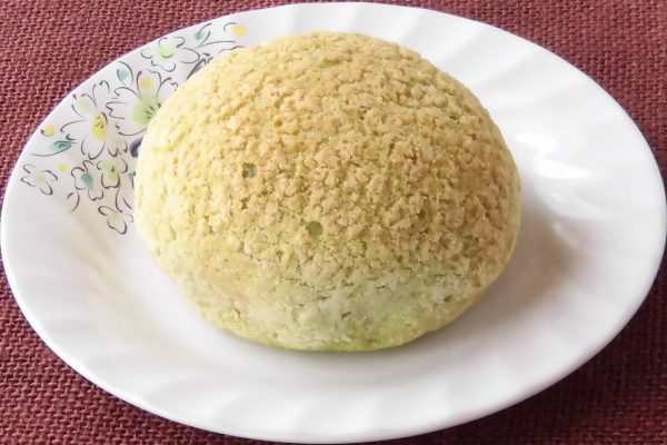 ざらっとしたクッキー生地にくるまれて、まさに小型のメロンパンそのもの。
