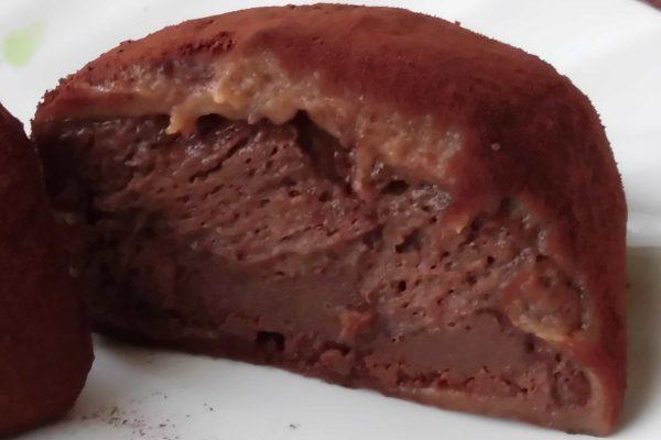 チョコ色のお餅の中にはダークチョコクリームと生チョコ。