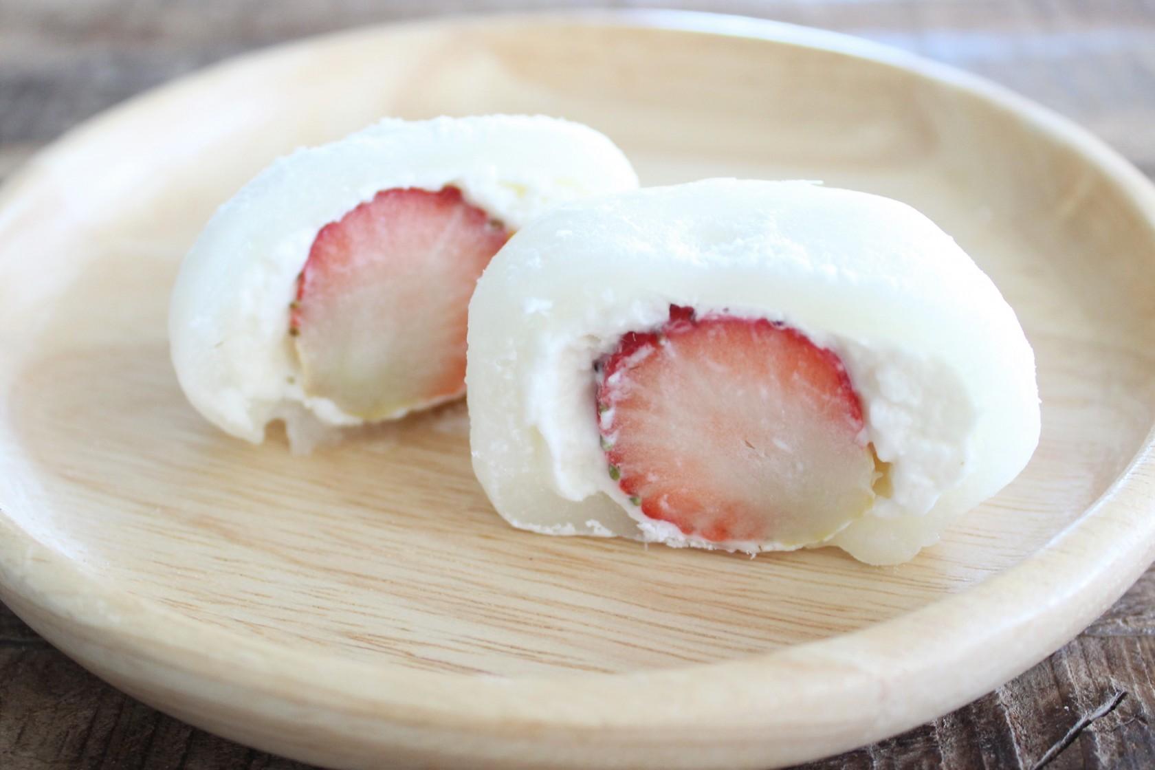 【インスタで話題に!】ローソン「まるごと苺クリーム大福」の断面が美しすぎる!