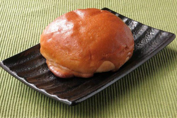 照り焼きにすら見える、つややかな茶色の皮をかぶった丸いパン。
