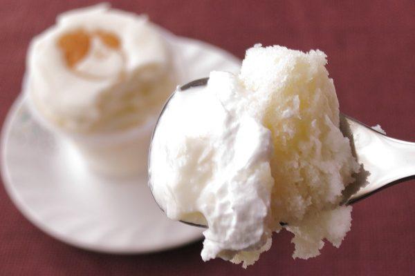 スフレの下にはホイップとホワイトチョコソース、その下にはミルクプリンという構成。