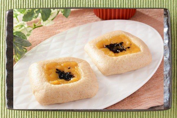 はったい粉入り蒸し生地に安納芋入りあんを絞り、黒ごまをトッピングしたパン。