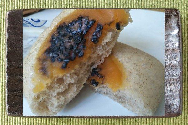 はったい粉入りでうっすら茶色い生地を四角く蒸し上げたパン2個入り。