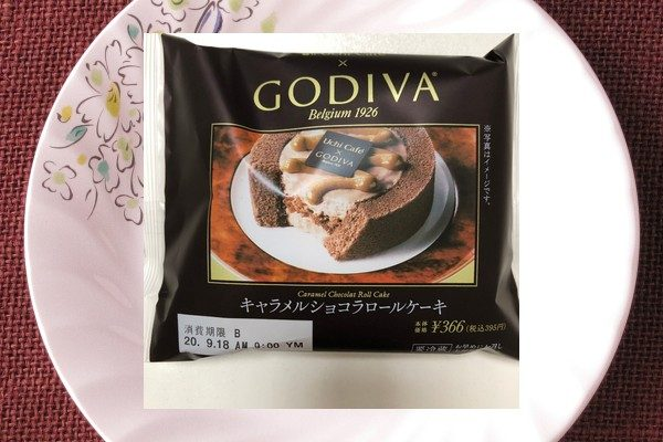 ジャンドゥーヤチョコを絡めたサクサククレープ生地をミルクチョコクリームで挟み、キャラメルソースをトッピングしたロールケーキ。