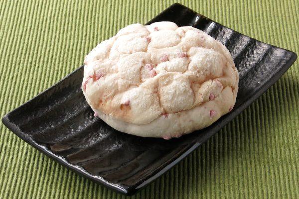 そこかしこにピンク色のチョコチップがちりばめられた白いメロンパン。