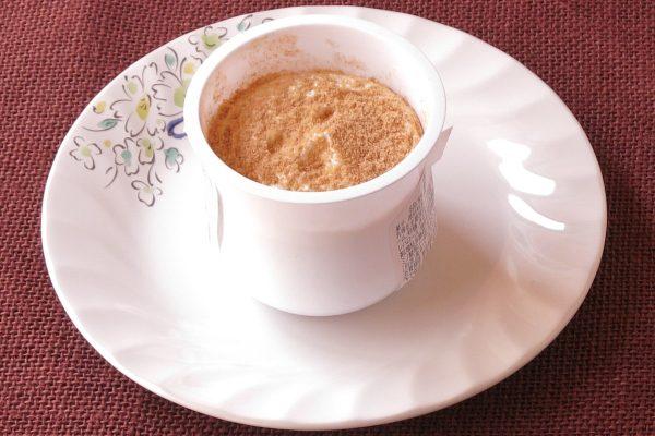 壺型のカップに入ったわらび餅。